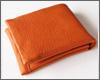 ふかっとした独特の肌触りに癒される、鹿革の二つ折り財布。カジュアルなルックスと上質な質感が個性的な逸品!