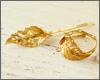 葉脈や虫食いまでリアルに細かく表現された真鍮ゴールドのヘアピン。お揃いのリングも人気です。