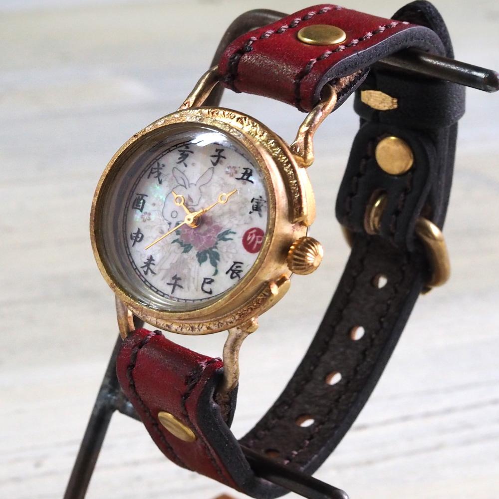 達磨(だるま)ちきりやコラボレーション 手創り腕時計 「牡丹兎」 螺鈿(らでん)文字盤 グラデーション ぼかし染めベルト 赤×黒 レディース [DWL001-03]