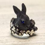 DECOvienya(デコヴィーニャ) 手作りアクセサリー ウサギとクローバーリング ブラック [DE-001B]