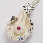 DECOvienya(デコヴィーニャ) 手作りアクセサリー ウサギとクローバーのペンダント ホワイト [DE-025W]