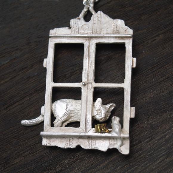 DECOvienya(デコヴィーニャ) 手作りアクセサリー 窓辺の攻防ペンダント ホワイト [DE-037W]