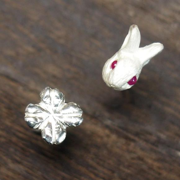 DECOvienya(デコヴィーニャ) 手作りアクセサリー 子ウサギとクローバーピアス ホワイト 2個セット [DE-053W]
