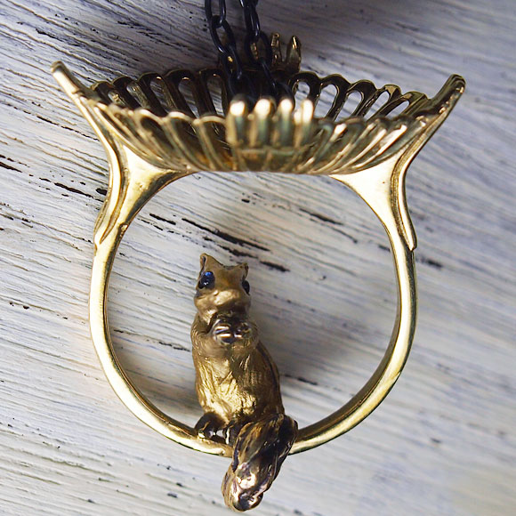 DECOvienya(デコヴィーニャ) 手作りアクセサリー シマリスのアンティーク枠ペンダント ゴールド [DE-060G]