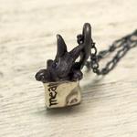DECOvienya(デコヴィーニャ) 手作りアクセサリー 小さいウサギと肉屋のペンダント ブラック [DE-065B]