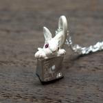 DECOvienya(デコヴィーニャ) 手作りアクセサリー 小さいウサギと肉屋のペンダント ホワイト [DE-065W]