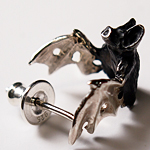 DECOvienya(デコヴィーニャ) 手作りアクセサリー こうもりのピアス シルバー 片耳 [DE-070S]