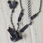 DECOvienya(デコヴィーニャ) 手作りアクセサリー 傷ついたカラスのペンダント ブラック [DE-074B]