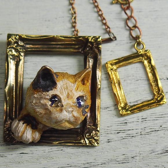 DECOvienya(デコヴィーニャ) 手作りアクセサリー 三毛猫の額縁ペンダント ゴールド [DE-086]