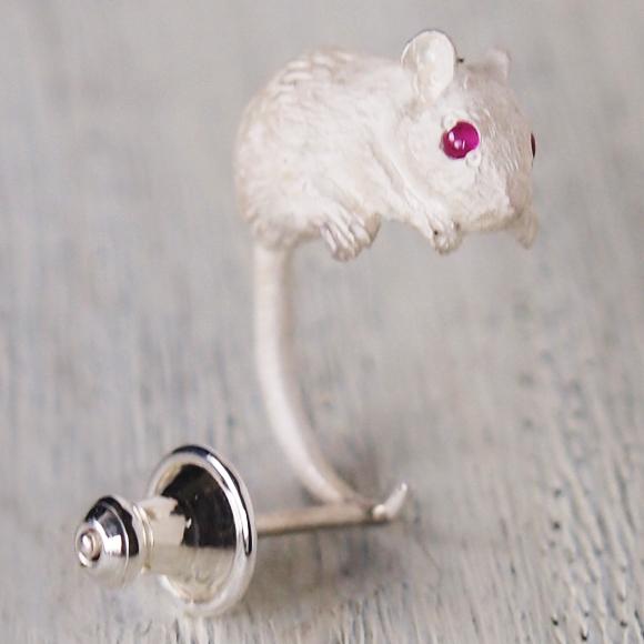 DECOvienya(デコヴィーニャ) 手作りアクセサリー ネズミピアス シルバー 天然ルビー 片耳 [DE-096W]