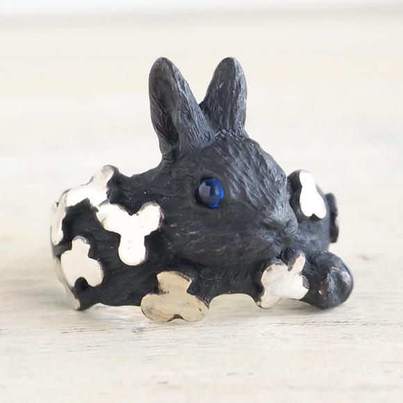 DECOvienya(デコヴィーニャ) 手作りアクセサリー 子ウサギとクローバーリング ブラック [DE-113B]