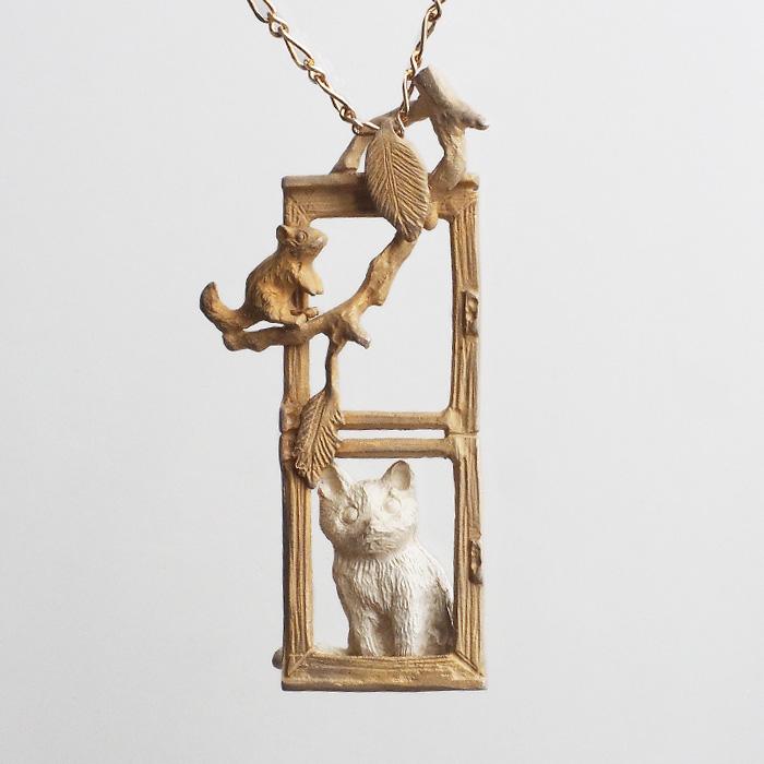 DECOvienya(デコヴィーニャ) 手作りアクセサリー 窓辺の子猫ペンダント 真鍮 シルバー925 レディース [DE-164]