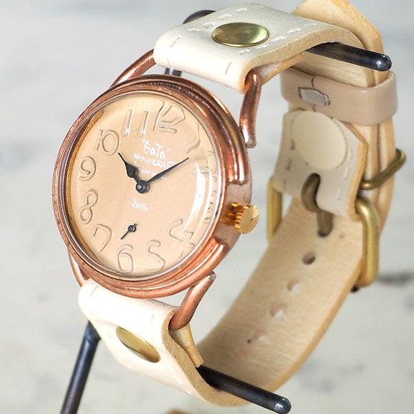 カフェラテを思わせる優しい文字盤の色合いが印象的な腕時計