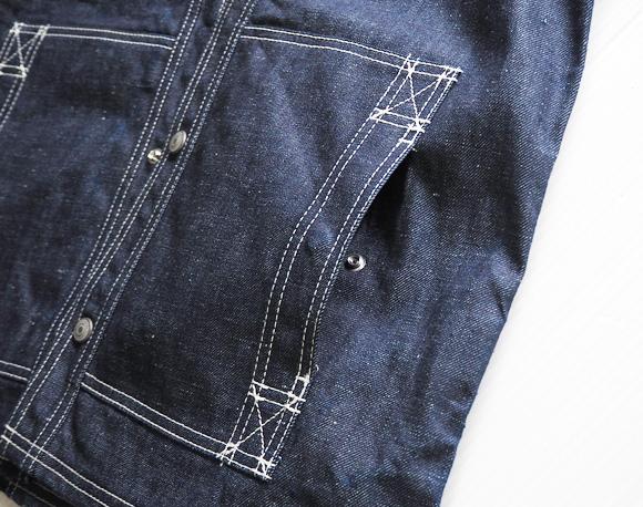 X字ステッチにスナップボタン付きのポケット
