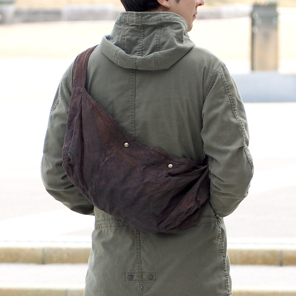 "haru nomura 草木染め作家・野村春花 天然染めリネンバッグ ""旅するかばん"" ダークブラウン [HNB-001-DBR]"