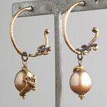 Lano(ラノ) 手作りアクセサリー ゴールドパール×真鍮古美 リエールエッグ フープピアス 2個セット [LN-2147]