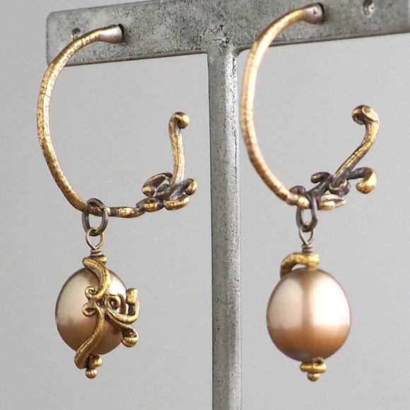 Lano(ラノ) 手作りアクセサリー ゴールドパール×真鍮古美 リエールエッグ フープピアス  2個セット[LN-2147]