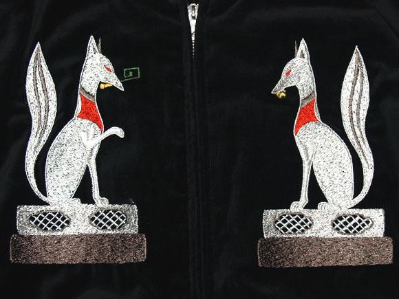 表面、鍵と球を咥えた狐の刺繍 背面、手前の鳥居には禅の文字   和柄スカジャン「稲荷」 別珍 K